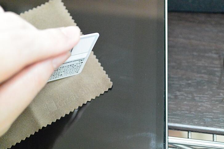 失敗しない貼り方5:保護フィルムを貼ったら、硬さのあるカードなどで気泡を抜く