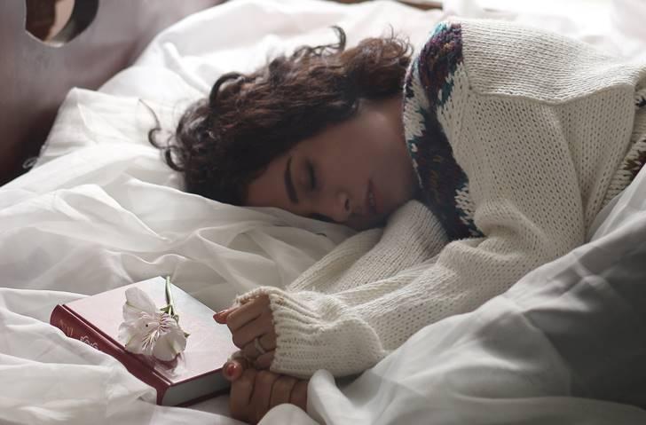 睡眠をサポートするサプリを飲む
