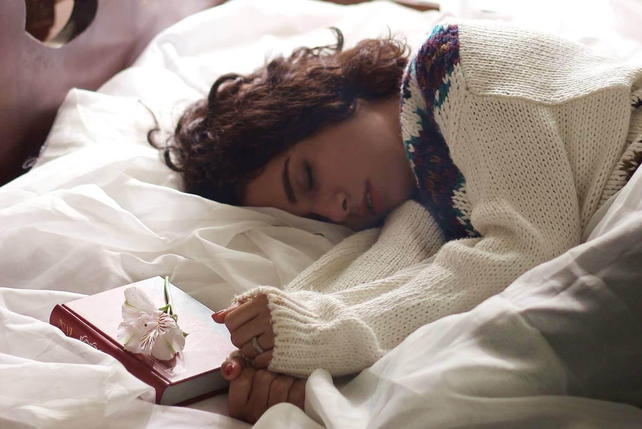 眠れない人の睡眠を改善する4つの生活習慣【メラトニンとセロトニンが必要】